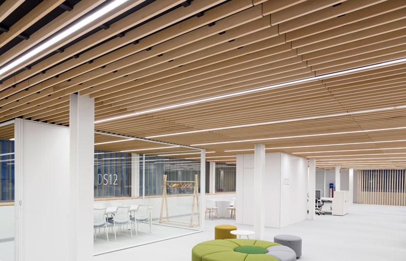Falso techo de lamas de madera oficinas de finsa - Techos falsos de madera ...