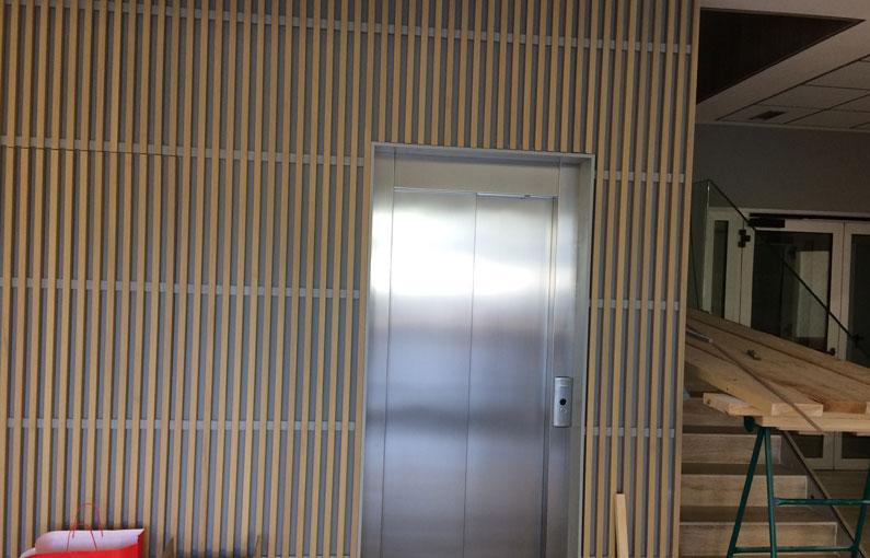 Lamas de madera Spigoline en oficinas Envaplaster